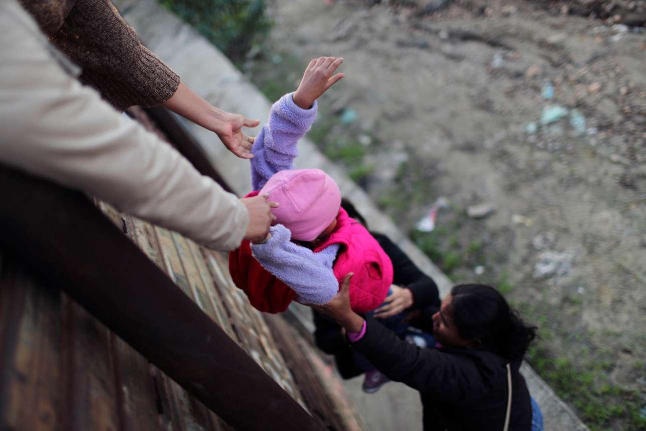 Παρασκευή, 28 Δεκεμβρίου, Μεξικό. Μετανάστες στην Τιχουάνα προσπαθούν να περάσουν τα σύνορα και να εισέλθουν στις ΗΠΑ