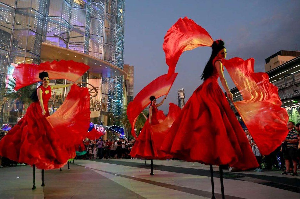 Χορεύτριες στη Μπανγκόκ υποδέχονται τον νέο χρόνο στους δρόμους της πόλης
