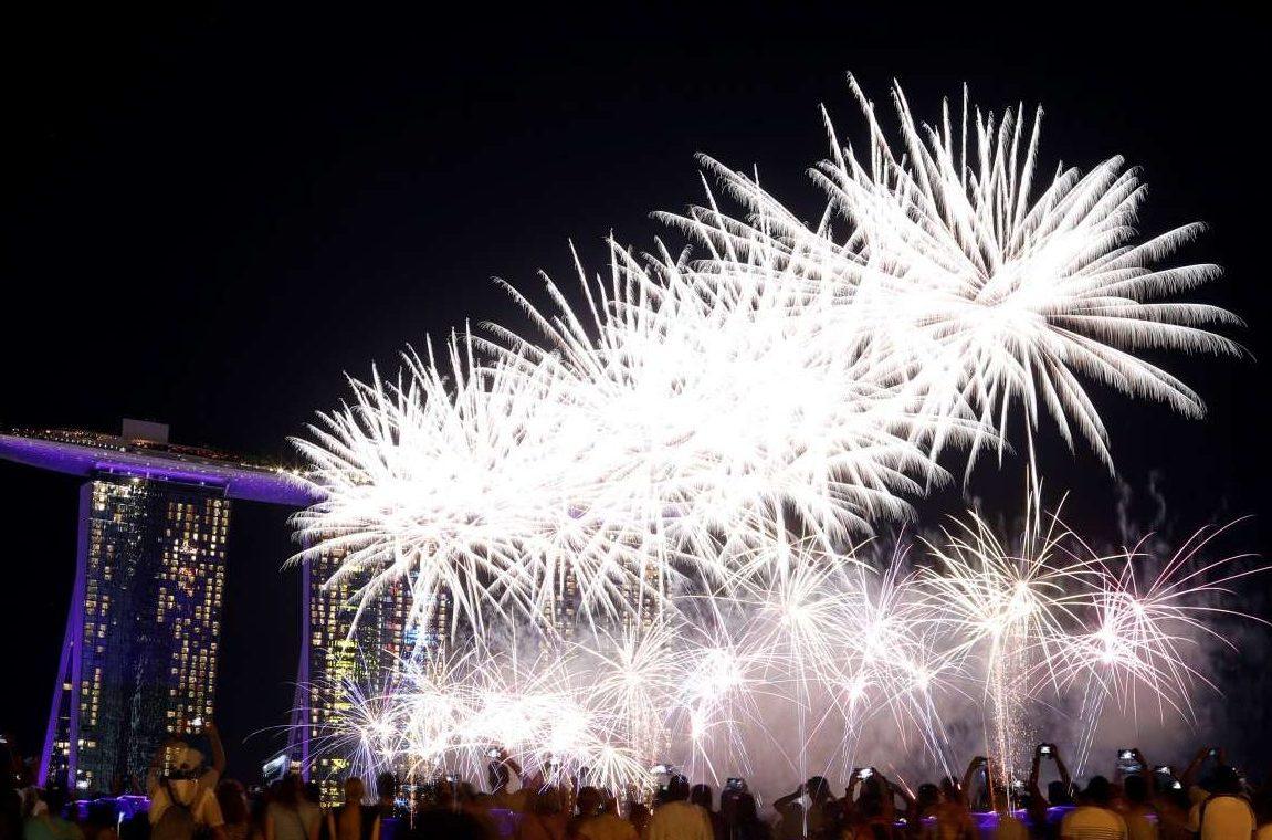 Κόσμος παρακολουθεί το σόου με τα πυροτεχνήματα στη Σιγκαπούρη
