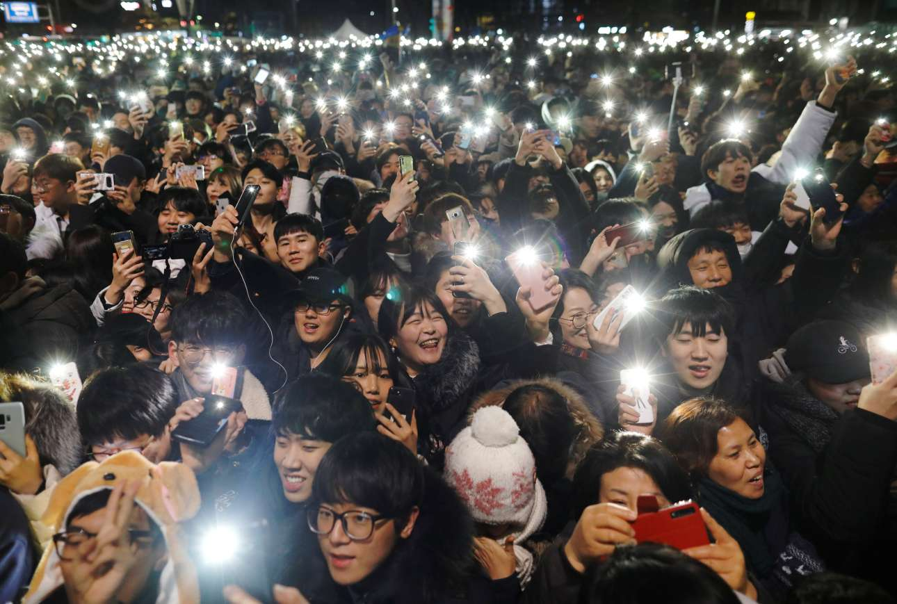 Τα κινητά κλέβουν την παράσταση στους εορτασμούς για την άφιξη του νέου έτους στη Σεούλ της Νότιας Κορέας