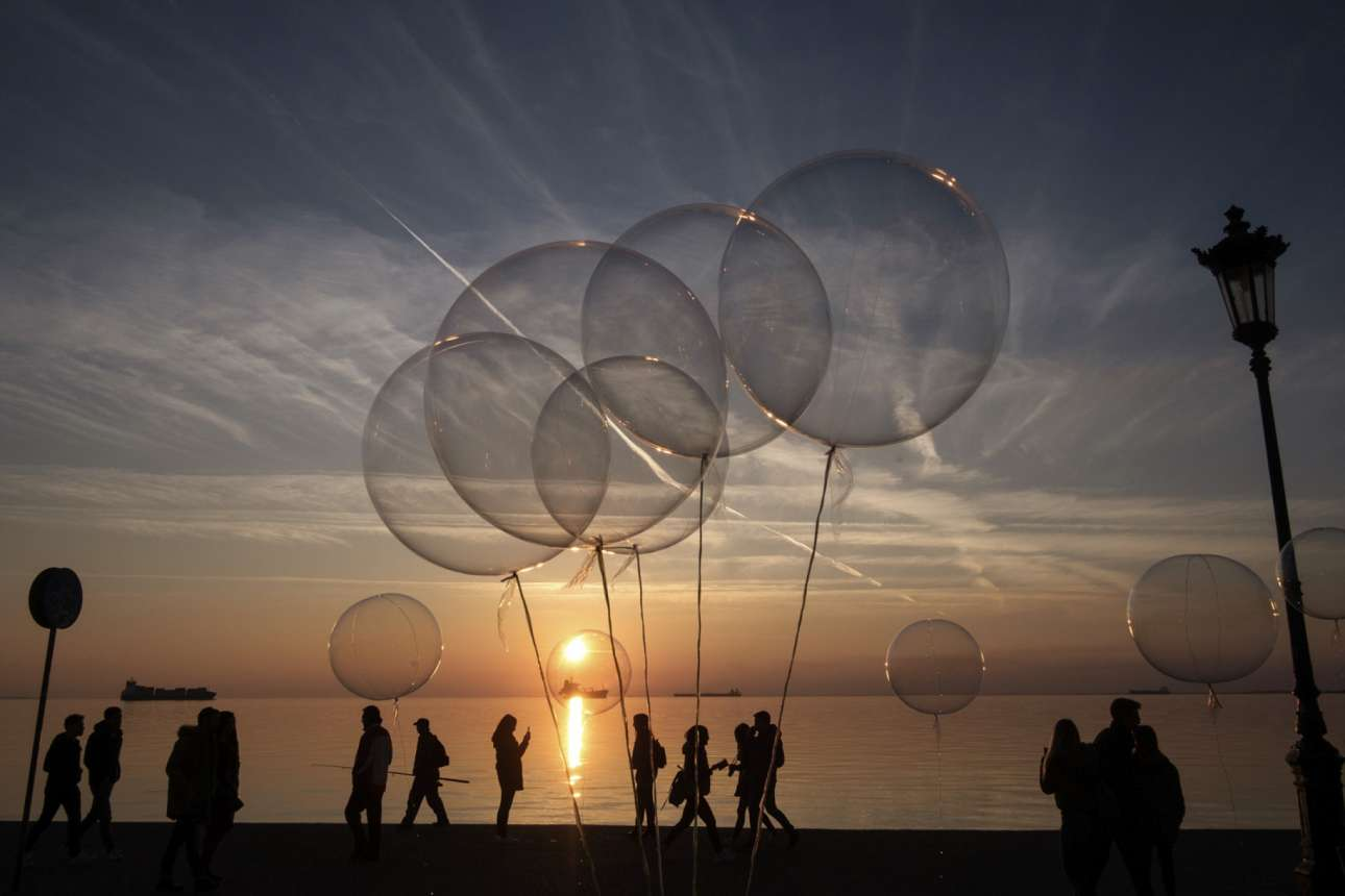 27 Ιανουαρίου. Ο ήλιος δύει πλημμυρίζοντας με χρώματα τη γεμάτη ζωή παραλία της Θεσσαλονίκης
