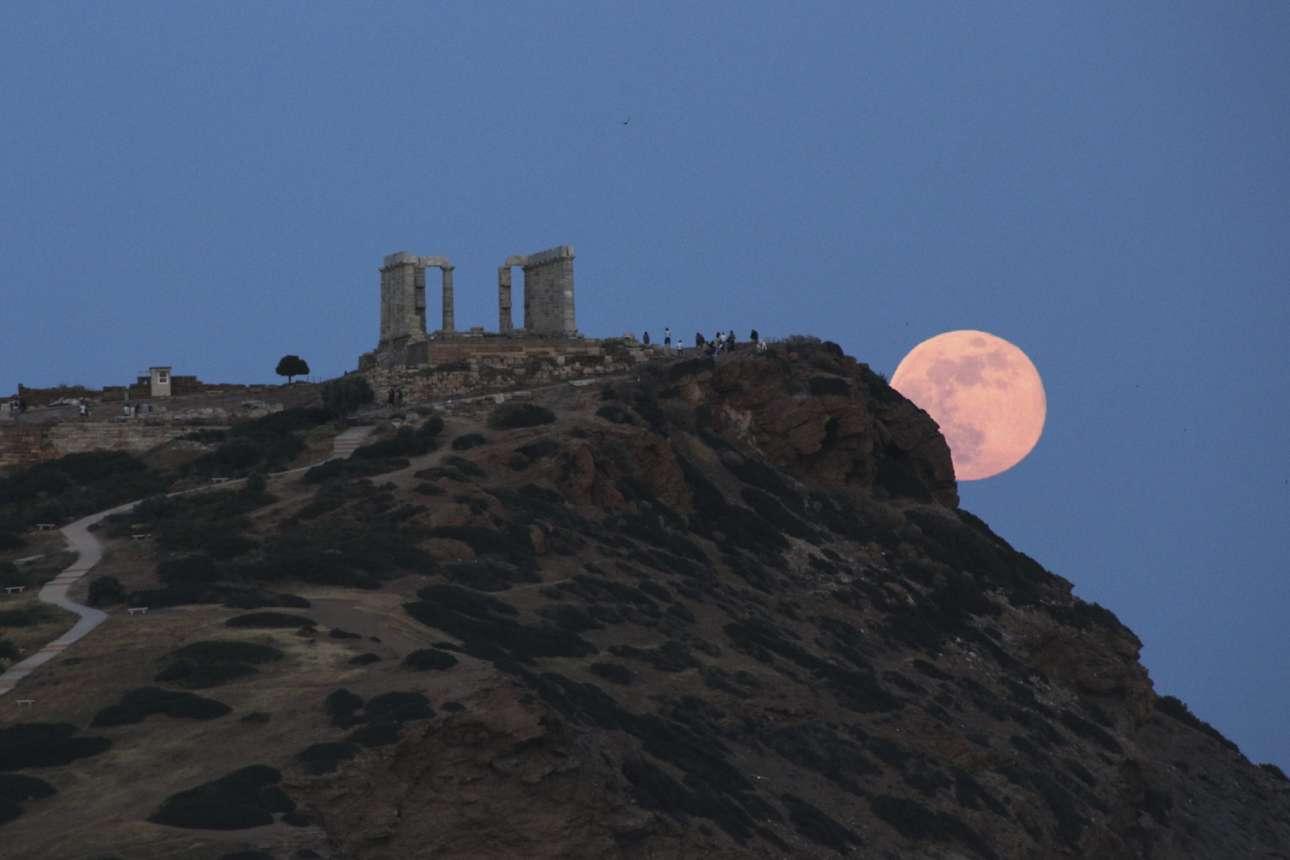 29 Μαΐου. Η πανσέληνος υψώνεται πάνω από τον Ναό του Ποσειδώνος στο Σούνιο, σε ένα μαγευτικό καρέ