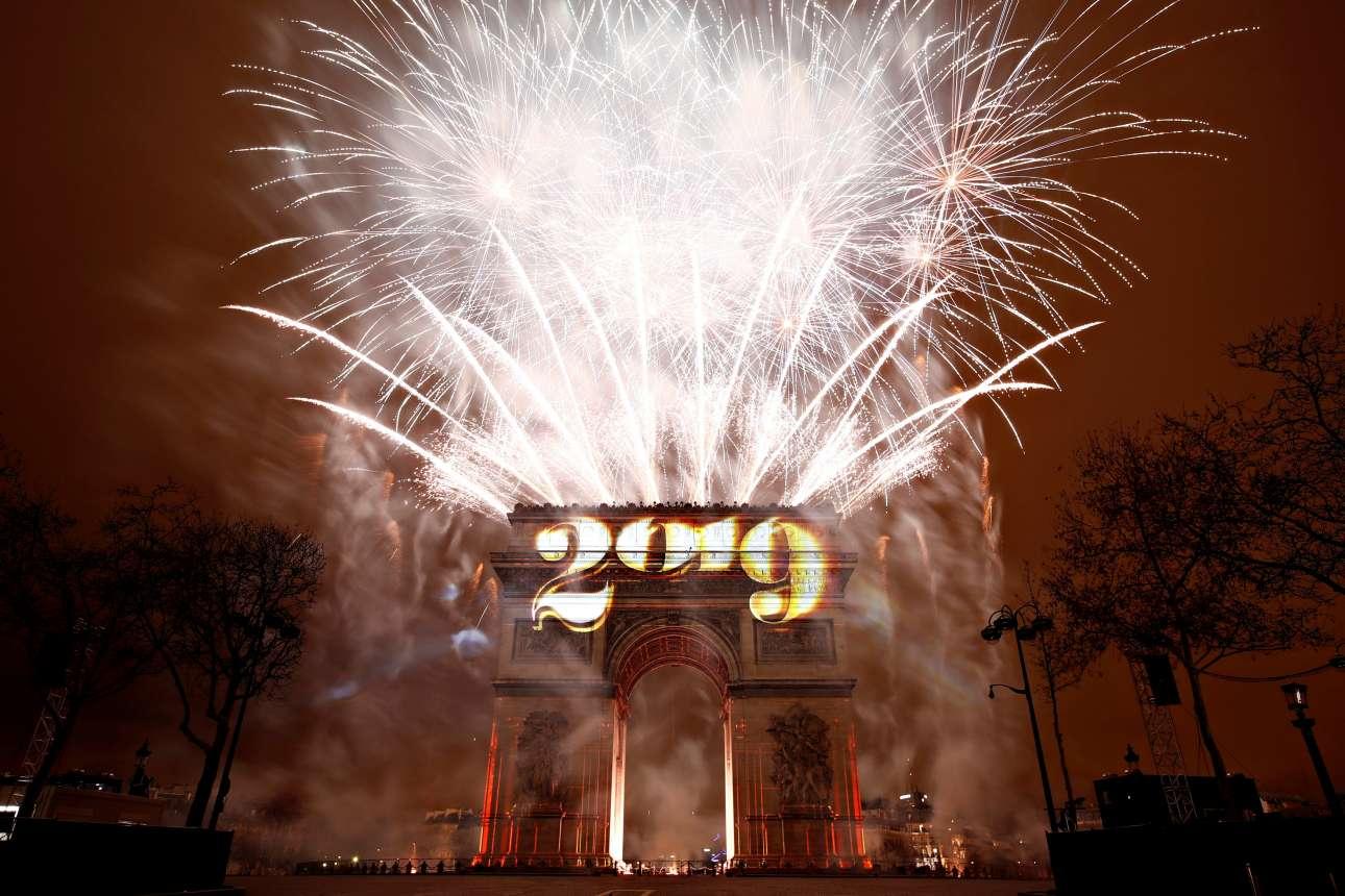 Αυτή τη φορά η Αψίδα του Θριάμβου ήταν χώρος πανηγυρισμού και όχι καταστροφών. Λίγες εβδομάδες μετά το σοκ της βίας των Κίτρινων Γιλέκων, το Παρίσι υποδέχτηκε και αυτό με λαμπρότητα τη νέα χρονιά
