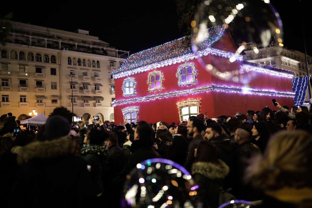Πλήθος κόσμου παρακολουθεί τις εκδηλώσεις για τη φωταγώγηση της πλατείας Αριστοτέλους, στη Θεσσαλονίκη