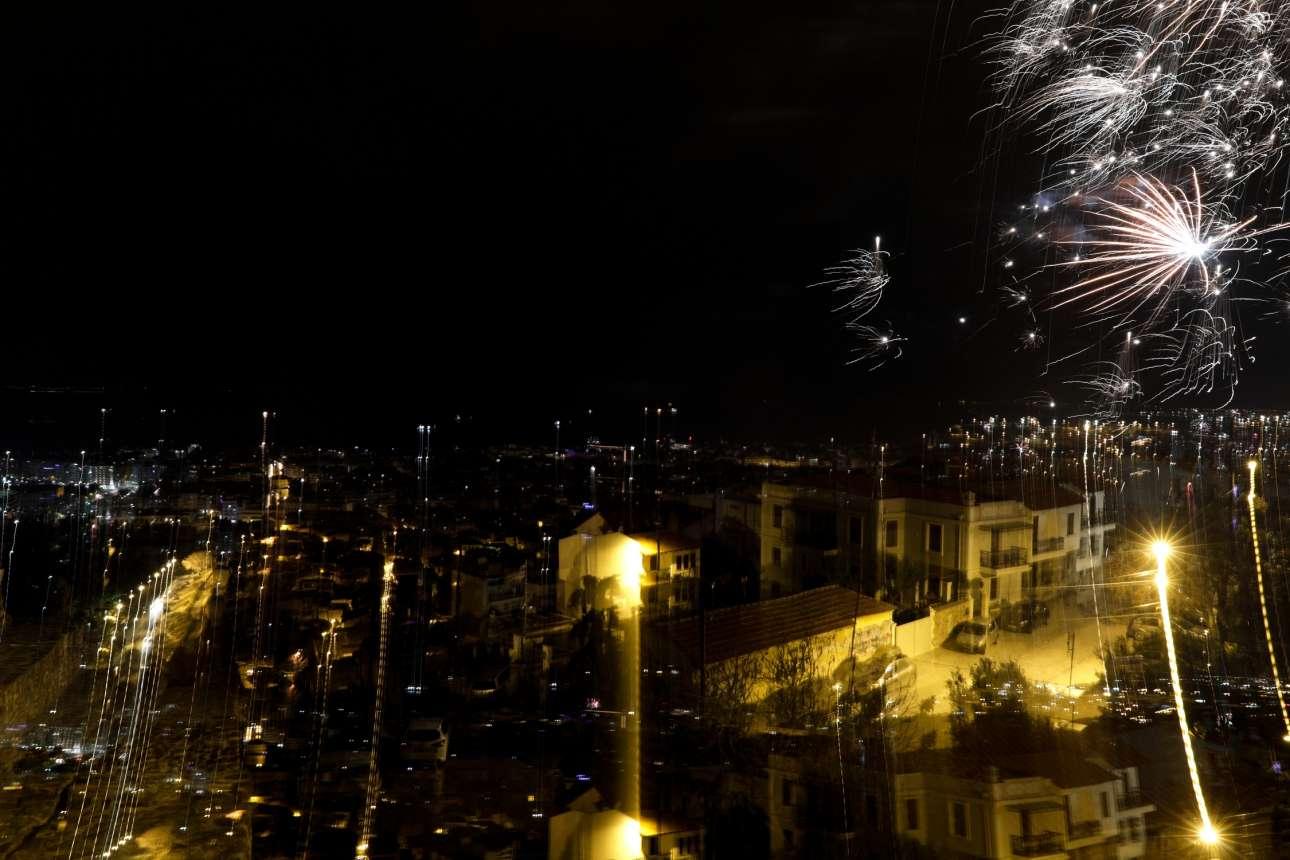 Τα πυροτεχνήματα φωτίζουν τον ουρανό πάνω από τη Θεσσαλονίκη