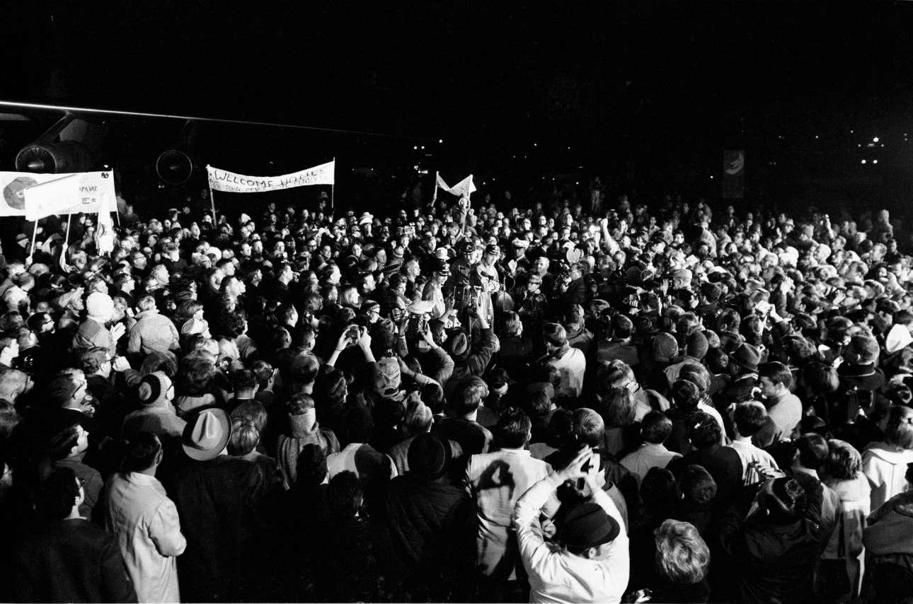 Παρόλο που ήταν μετά τις 2 τα ξημερώματα, περισσότεροι από 2.000 άνθρωποι συγκεντρώθηκαν στην αεροπορική βάση Ellington στο Χιούστον, για να καλωσορίσουν τα μέλη του πληρώματος του Apollo 8