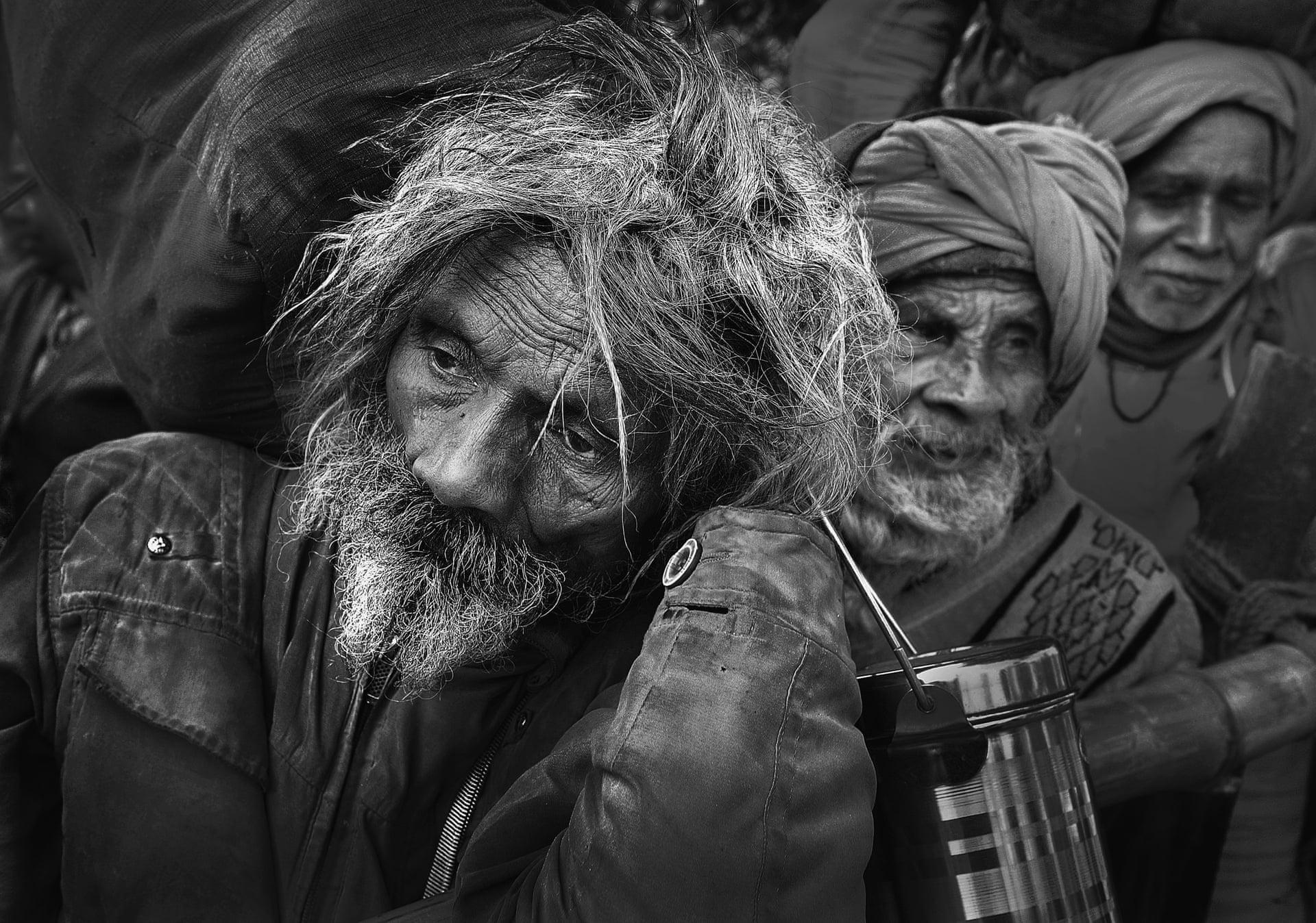 «Χωρίς Ελπίδα». Ηλικιωμένοι προσκυνητές ταξίδεψαν χιλιόμετρα για να λάβουν θρησκευτική ευλογία, κατά τη διάρκεια της ινδουϊστικής γιορτής Μακάρ Σανκραντί που λαμβάνει χώρα κάθε Ιανουάριο. Οι προσκυνητές βουτάνε στον Γάγγη στο νησί Σαγκά, στη Δυτική Βεγγάλη της Ινδίας