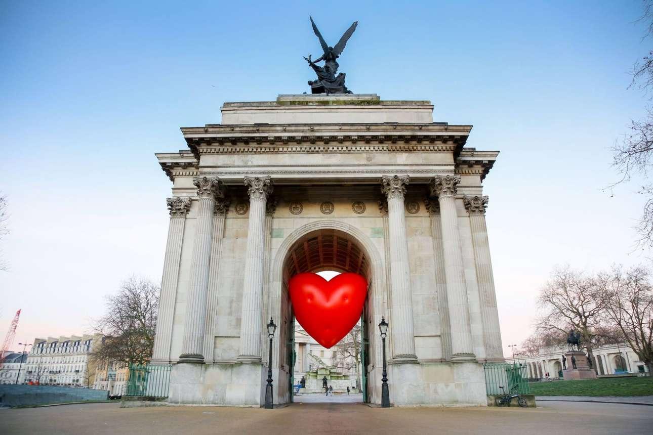 14 Φεβρουαρίου. Μία ωδή στο Λονδίνο: η βρετανίδα σχεδιάστρια Ανια Χίντμαρτς γεμίζει το Λονδίνο με πελώριες φουσκωτές κόκκινες καρδιές για το πρότζεκτ «Chubby Hearts Over London» που δημιούργησε σε συνεργασία με τον Δήμο Λονδίνου
