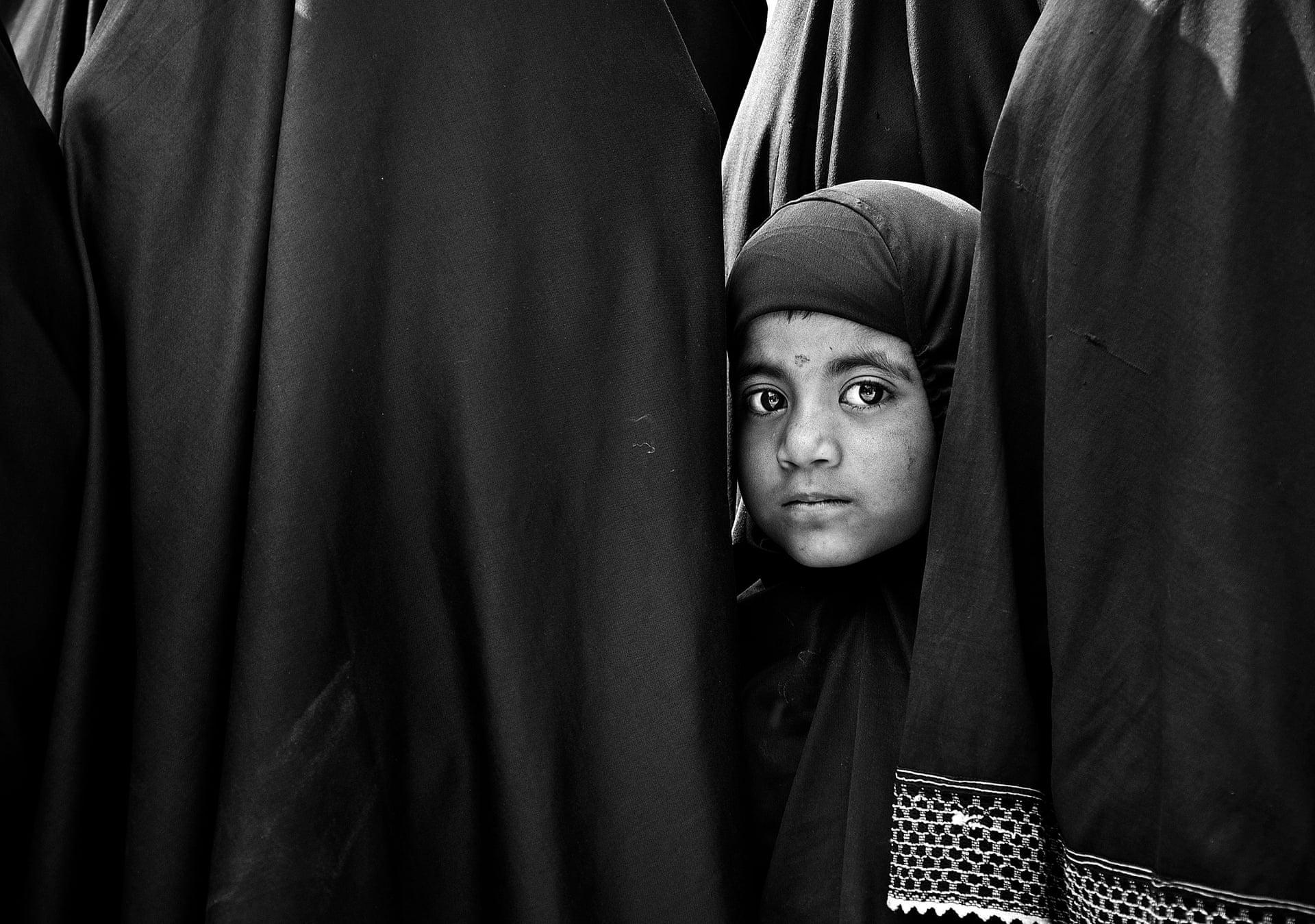 «Το Πρόσωπο της Ελευθερίας». Το κοριτσάκι ξεπροβάλλει ανάμεσα από τους μεγαλύτερους της, σε μία εικόνα που συμβολίζει την ικανότητα να κοιτάς πέρα από τα θρησκευτικά εμπόδια που υπάρχουν στην κοινωνία