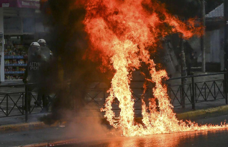 Φωτιές στην Κοραή - κάποιοι είχαν φροντίσει να τιμήσουν τον Γρηγορόπουλο πετώντας μολότοφ