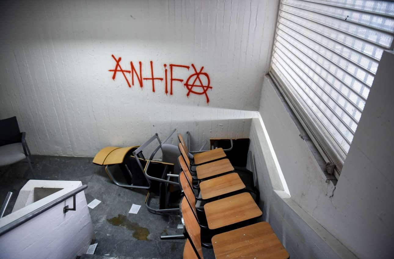 Σπασμένα καθίσματα και συνθήματα στη σκάλα μεταξύ των δύο ορόφων
