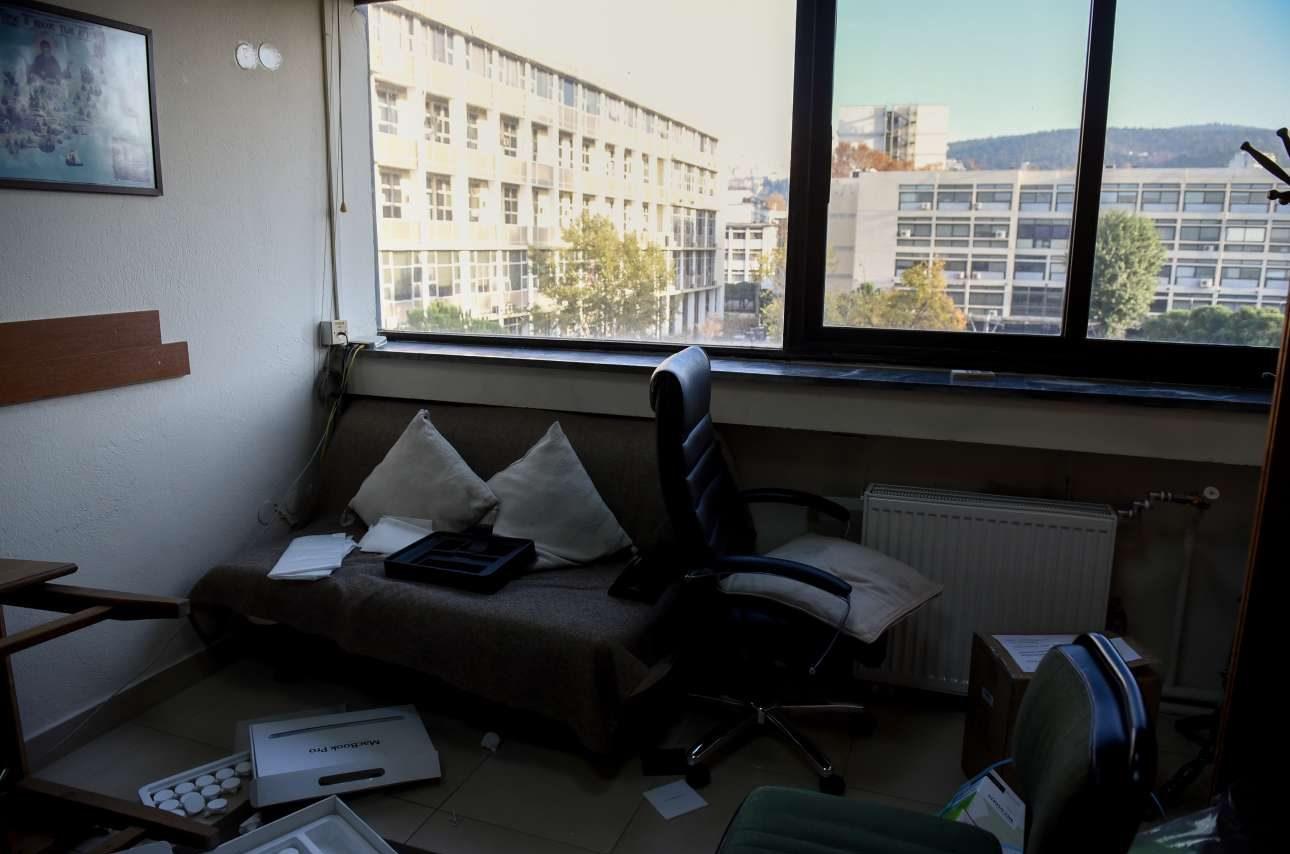 Βανδαλισμένα και σπασμένα τα γραφεία