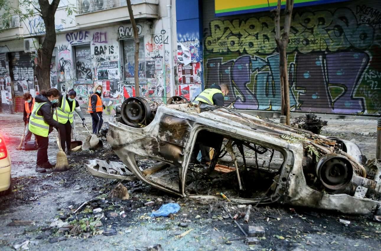Αυτοκίνητο καμένο και αναποδογυρισμένο στα Εξάρχεια