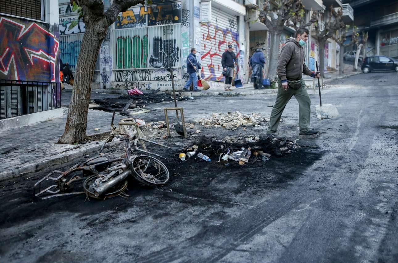 Καμένο μοτοποδήλατο στους δρόμους πίσω από το Πολυτεχνείο