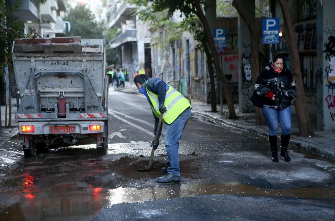 Οι εργάτες καθαριότητας έπιασαν από νωρίς δουλειά