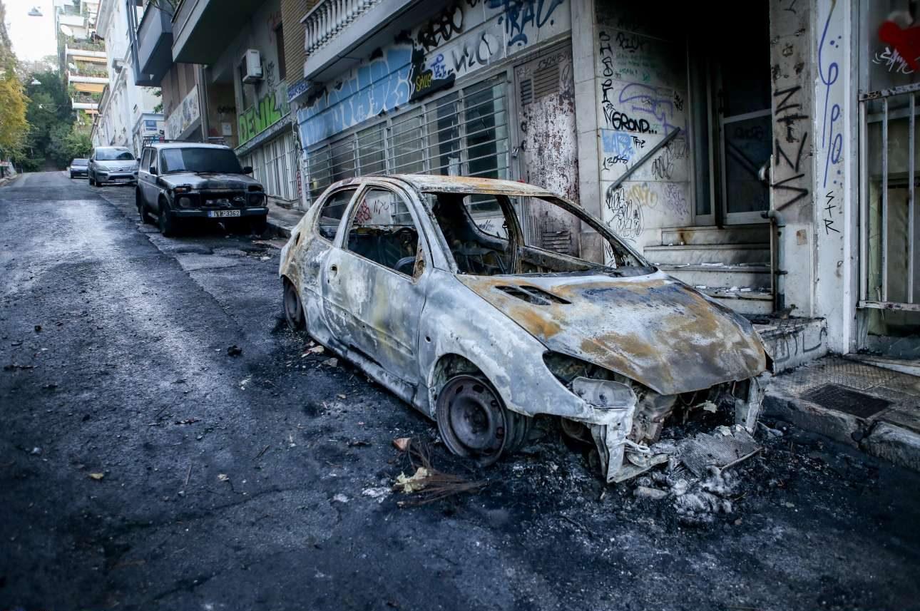 Αλλο ένα καμένο αυτοκίνητο στους δρόμους γύρω από την πλατεία
