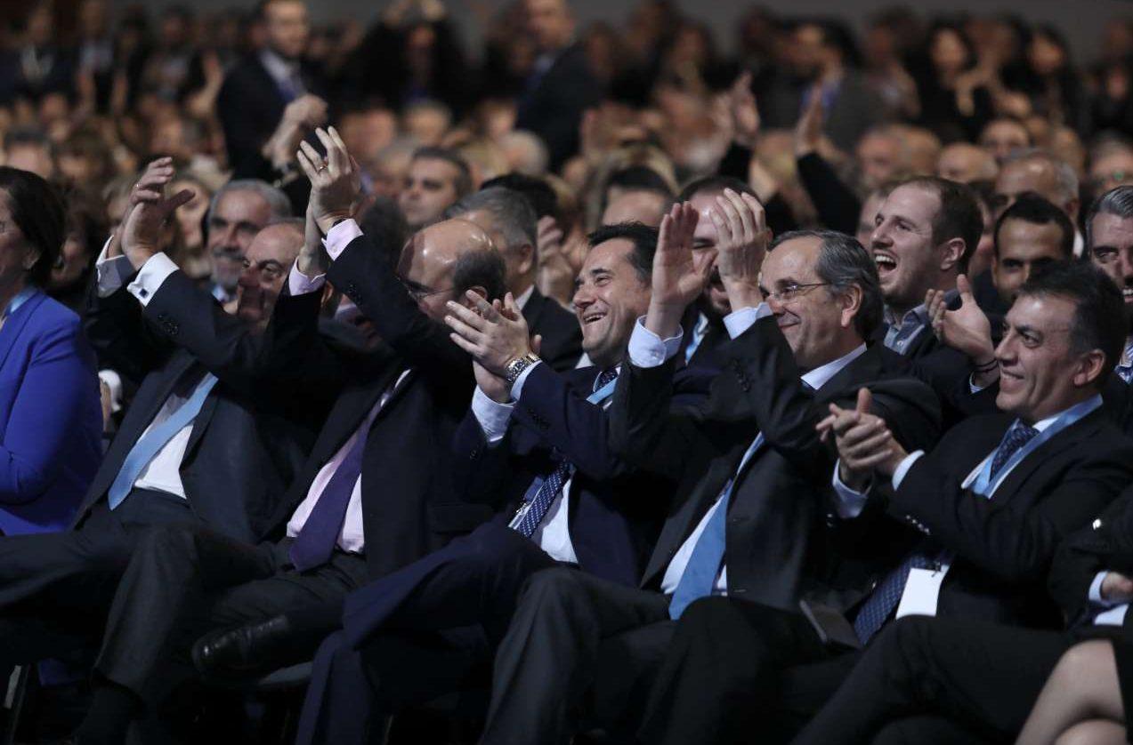 Ξεσηκωτική η ομιλία η Μητσοτάκη. Κέρδισε το θερμό χειροκρότημα των -από αριστερά προς τα δεξιά- Κώστα Καραμανλή, Κωστή Χατζηδάκη, Αδωνι Γεωργιάδη, Αντώνη Σαμαρά, Γιάννη Βούτση