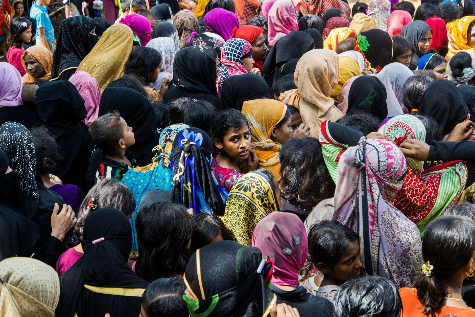 Πρόσφυγες Ροχίνγκια περιμένουν στην ουρά για το φαγητό που μοιράζει ο στρατός. «Η έκφραση της κοπέλας μου τράβηξε την προσοχή καθώς δείχνει την αβεβαιότητα που βιώνει» λέει ο φωτογράφος
