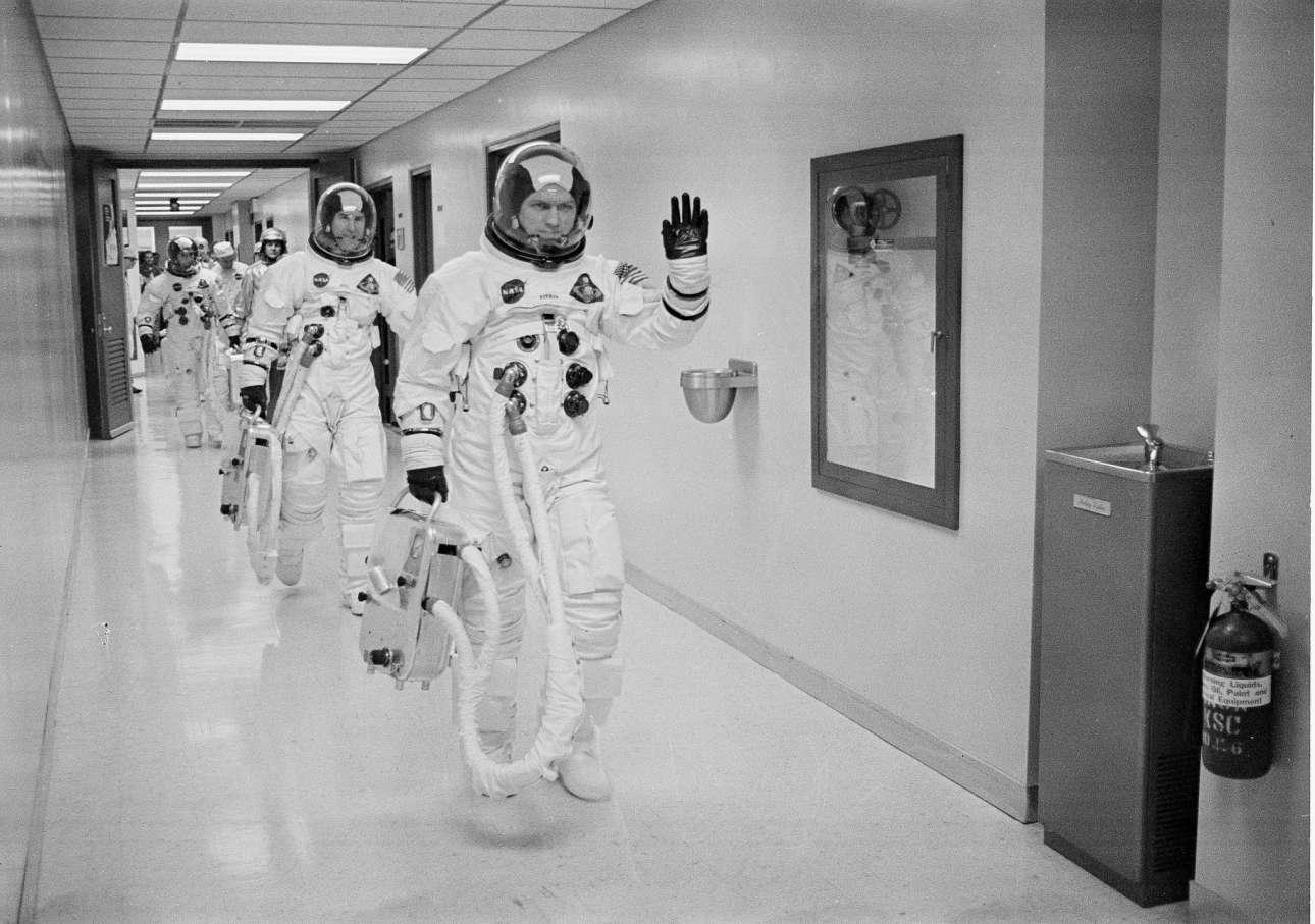 Φρανκ Μπόρμαν, Τζέιμς Λόβελ και Μπιλ Αντερς πηγαίνουν προς την πλατφόρμα εκτόξευσης
