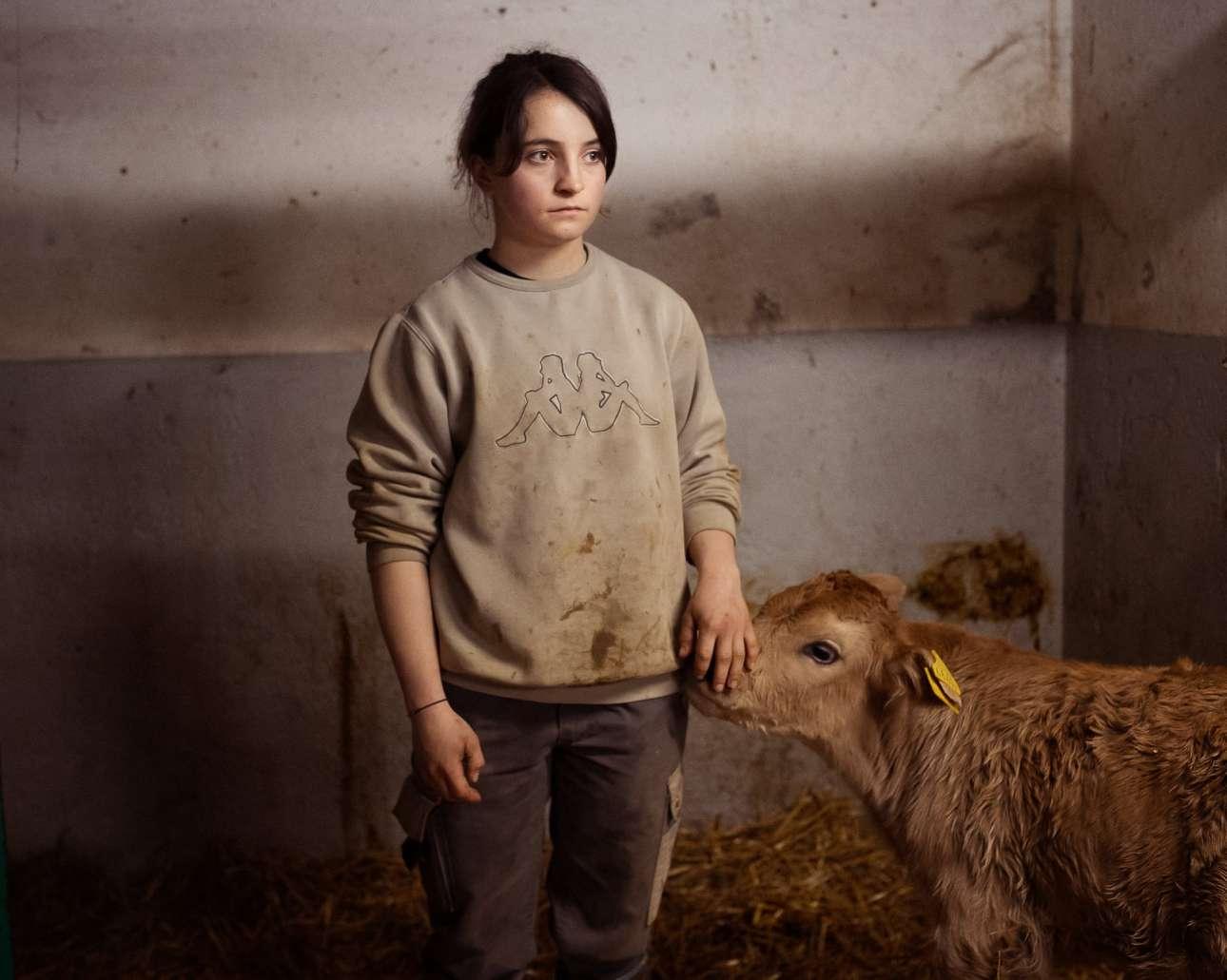 Η 20 ετών Ντόρις, η τελευταία αγρότισσα που έχει απομείνει στην κοιλάδα Μπλένιο της Ελβετίας