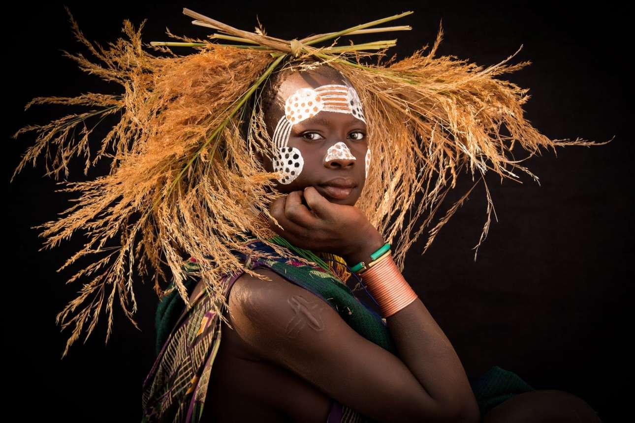 Μέλος φυλής ποζάρει στο Κιμπίς, στα σύνορα μεταξύ Αιθιοπίας και Νότιου Σουδάν