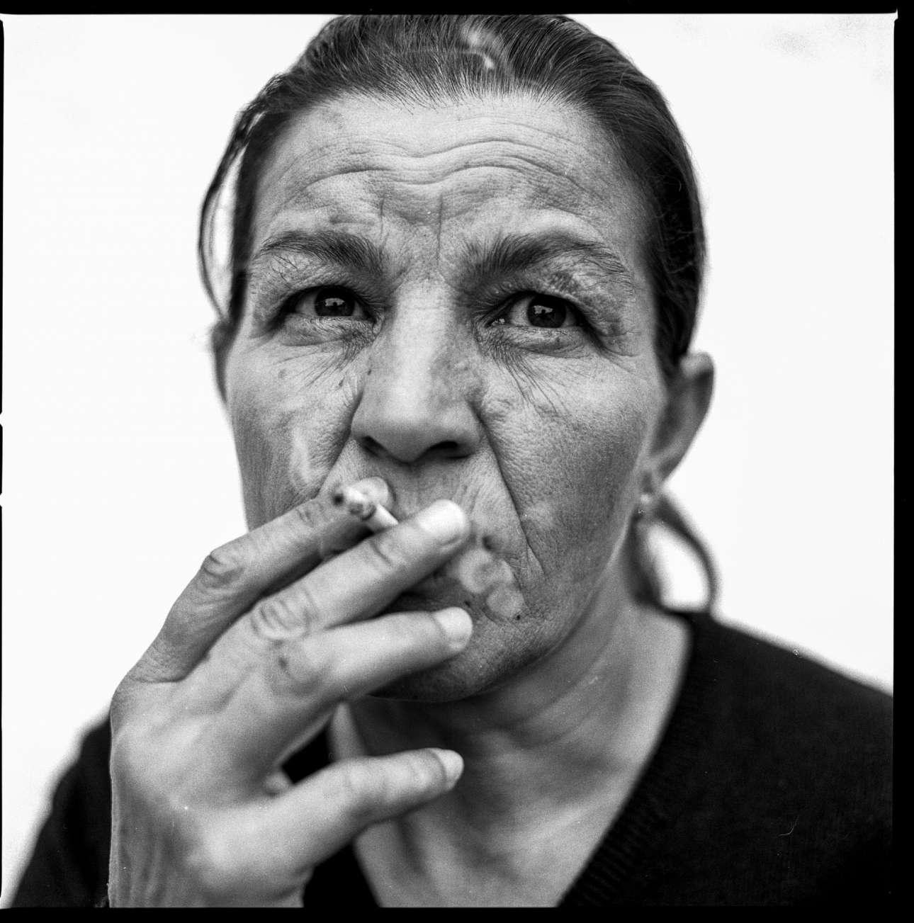 Νταντζόλα Ντρεπέπα, 44 ετών, Αλβανία. Οι «μπουρνέσας» ή αλλιώς «Ορκισμένες Παρθένες της Αλβανίας» είναι αλβανίδες γυναίκες που σε νεαρή ηλικία επιλέγουν να περάσουν την υπόλοιπη ζωή τους ως άνδρες. Κάποιες φορές το επιλέγουν οι ίδιες προκειμένου να ζήσουν ανεξάρτητες ή για να αποφύγουν έναν γάμο από προξενιό, αλλά τις περισσότερε φορές είναι αναγκαίο για να σωθεί η τιμή της οικογένειας όταν δεν υπάρχει άνδρας. Οι γυναίκες αυτές ορκίζονται σε μία ζωή αγαμίας και ντύνονται και συμπεριφέρονται σαν άνδρες