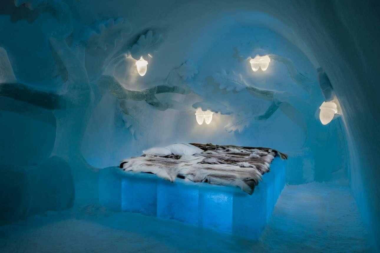 Παραμυθένιο σκηνικό στο δωμάτιο «Βελανιδιά» που σχεδίασαν οι Tjåsa Gusfors και Sam Gusfors, με παγωμένα κλαδιά να τυλίγουν το κρεβάτι και υπέροχα φωτιστικά σε σχήμα βελανιδιού