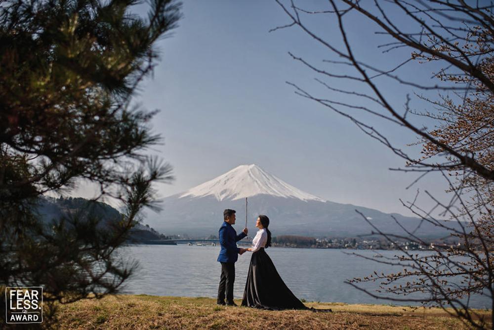 Οταν ο φωτογράφος έχει κέφια και μία χιονισμένη βουνοκορφή μεταμορφώνεται σε ομπρέλα, δημιουργώντας ένα παραμυθένιο σκηνικό για το νιόπαντρο ζευγάρι