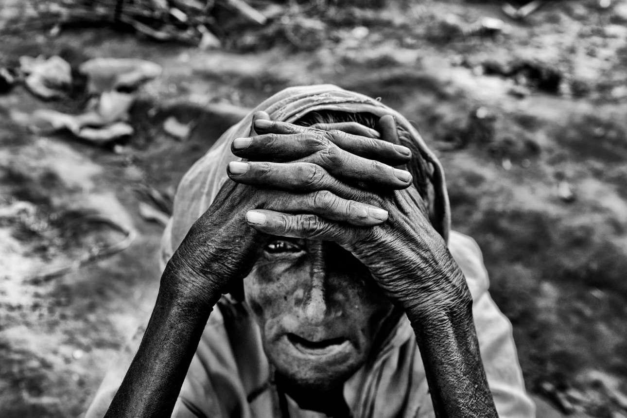 Ο φακός αιχμαλωτίζει το γεμάτο απόγνωση πρόσωπο της 90χρονης Νουρτζαχάν Μπέγκουμ μόλις έχει φτάσει στον καταυλισμό Ροχίνγκια στο Κοξ Μπαζάρ του Μπαγκλαντές, μετά από πέντε μέρες περπάτημα