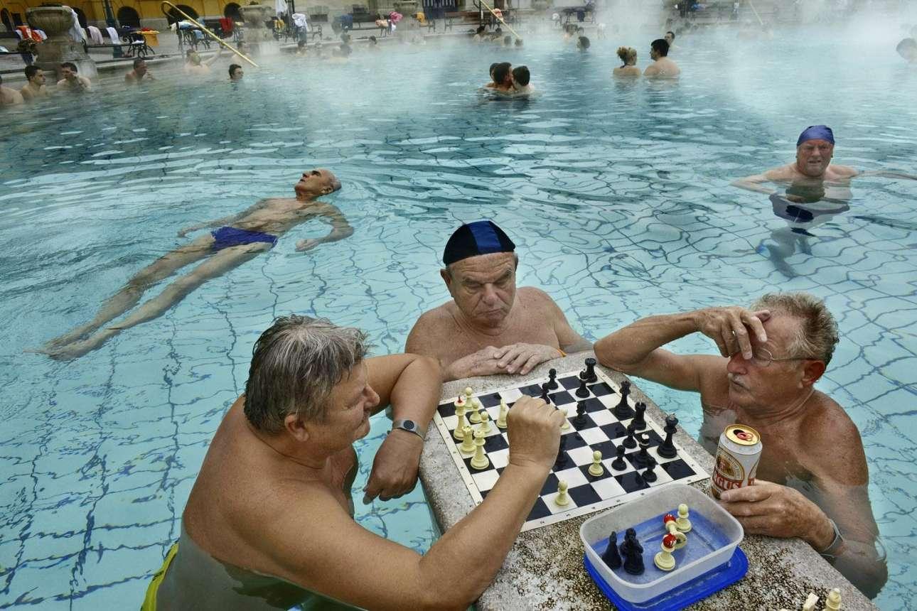 Το μεγάλο βραβείο απονεμήθηκε στον Στέφανο Πενσότι για τη συλλογή του από εκπληκτικές φωτογραφίες από όλον τον κόσμο. Στην παραπάνω εικόνα, φίλοι χαλαρώνουν και παίζουν σκάκι στα δημοφιλή Λουτρά Σέτσενι στη Βουδαπέστη, τα οποία λειτουργούν από το 1913