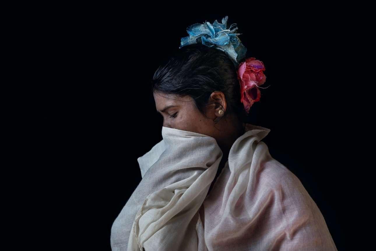 Ο φωτογράφος απαθανάτισε και την 30χρονη Ντίλνταρ Μπεγκούμ στον ίδιο καταυλισμό. Το 2017, άνδρες του στρατού της Μιανμάρ βίασαν την Ντίλνταρ και σκότωσαν τον άνδρα της, τα δύο παιδιά της και την πεθερά της