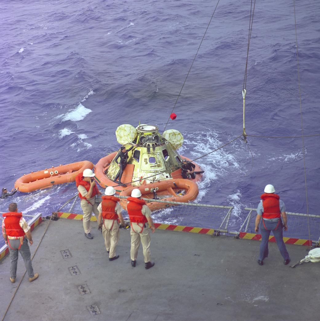 Κολυμβητές του αμερικανικού Ναυτικού ετοιμάζουν τμήμα του Apollo 8 πριν ανυψωθεί στο πλοίο U.S. Yorktown