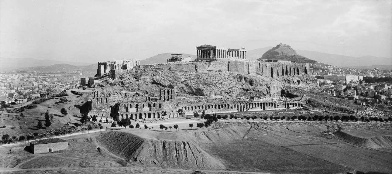 Η Ακρόπολη από τον λόφο των Μουσών. Στην κλιτύ το Ωδείο του Ηρώδη του Αττικού και η Στοά Ευμένους