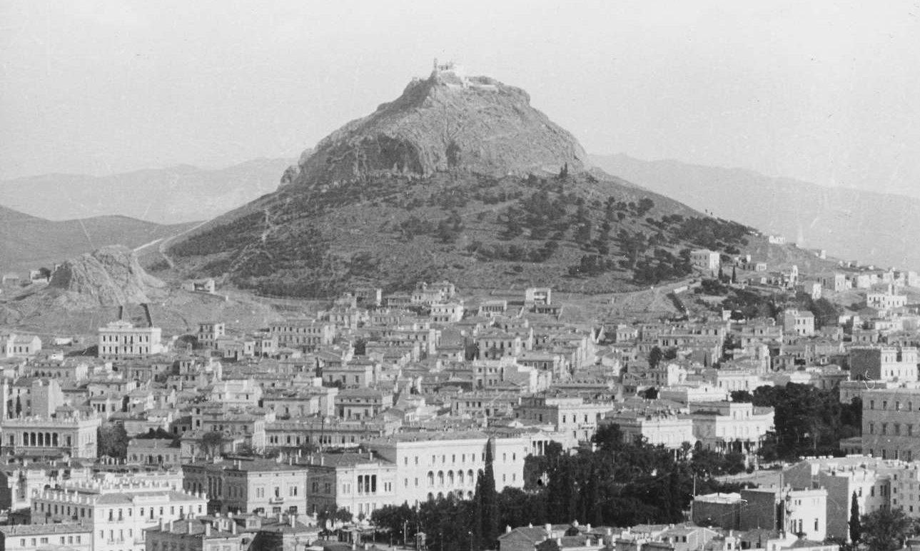 Αποψη της Αθήνας από την Ακρόπολη. Η πλατεία Συντάγματος, το κτίριο της σημερινής Βουλής διακρίνεται δεξιά ενώ δεσπόζει ο χέρσος λόφος του Λυκαβηττού