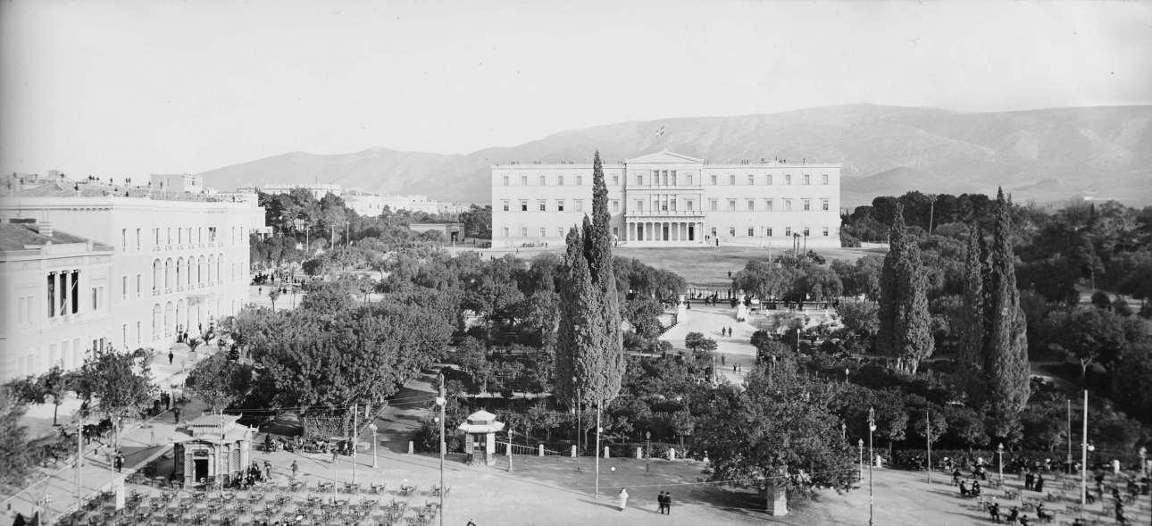 Η πλατεία Συντάγματος με τα Παλαιά Ανάκτορα στο βάθος πριν από τη διαμόρφωση του μνημείου του Αγνώστου Στρατιώτη