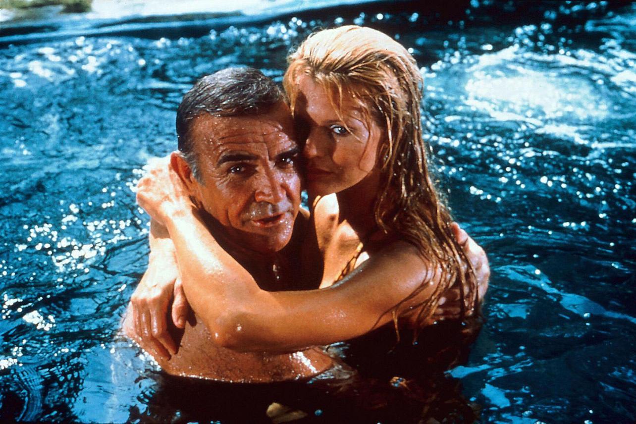 Με τον Σον Κόνερι το 1983 στο «Ποτέ Μη Λες Ποτέ», ταινία Τζέιμς Μποντ αλλά εκτός της επίσημης σειράς των φιλμ του 007