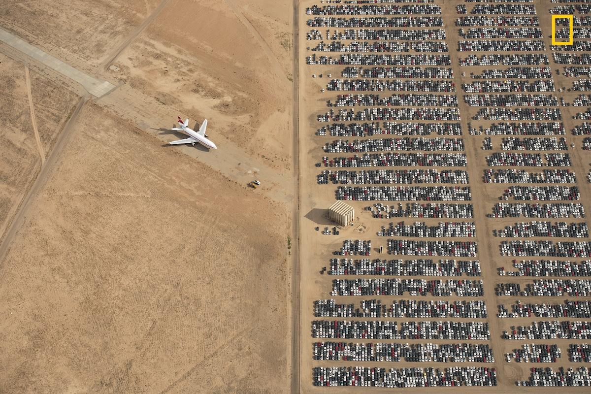 Μεγάλο Βραβείο: χιλιάδες αυτοκίνητα μάρκας Volkswagen και Audi στέκονται παρατημένα στην έρημο Μοχάβι στην Καλιφόρνια. Μετά το σκάνδαλο με τις εκπομπές ρύπων η Volkswagen αναγκάστηκε να αποσύρει εκατομμύρια αυτοκίνητα κατασκευασμένα το διάστημα μεταξύ 2009-2015. Ο βραβευμένος φωτογράφος ελπίζει πως εικόνες σαν την παραπάνω θα μας κάνουν «πιο ευαίσθητους και προσεκτικούς με τον πανέμορφο πλανήτη μας»