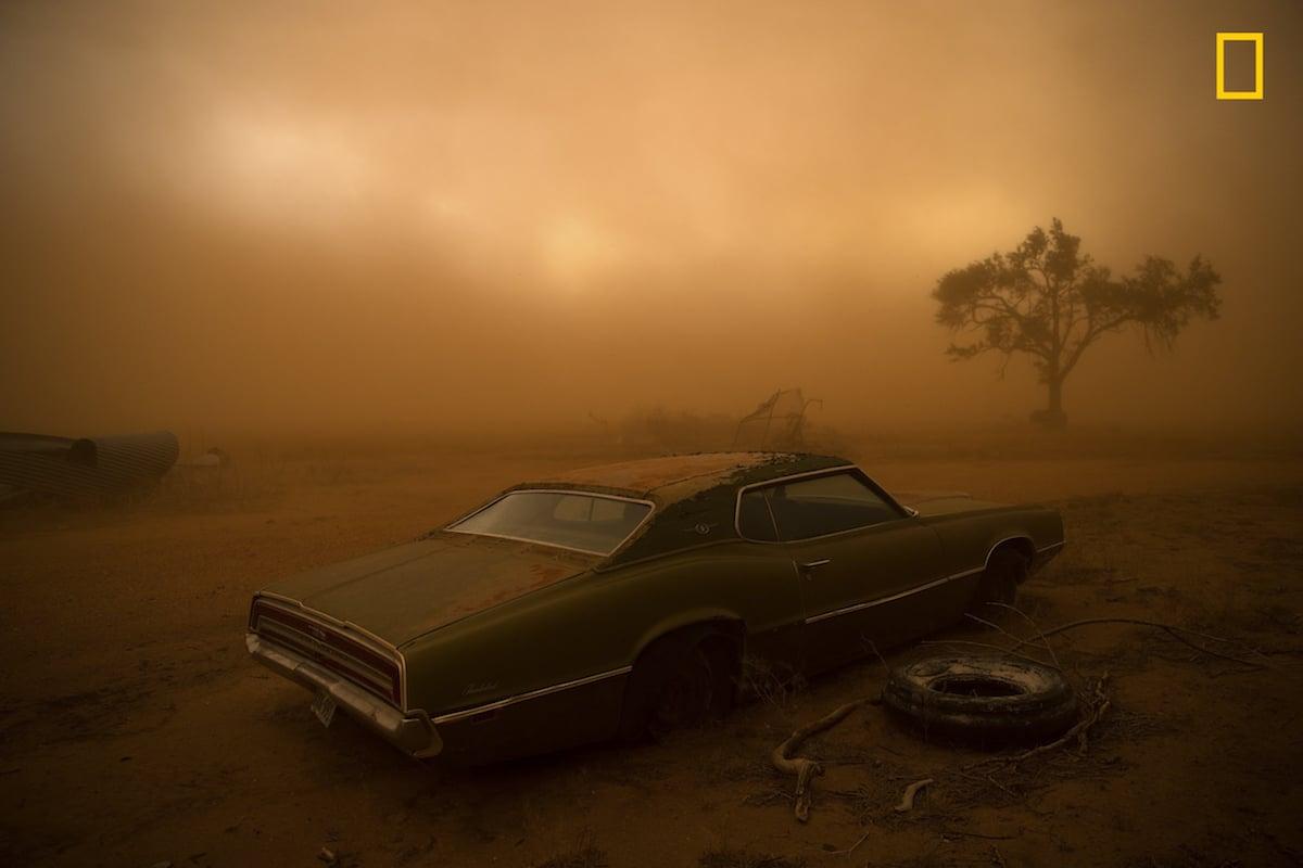 Δεύτερη θέση στην κατηγορία Τόποι. Μία σκουριασμένη Ford Thunderbird καλυμμένη με κόκκινη σκόνη μετά από πολύ δυνατή καταιγίδα τύπου supercell στο Τέξας