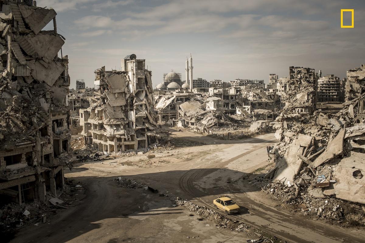 Τρίτη θέση στην κατηγορία Τόποι. Η κατεστραμμένη πόλη Χομς στη Συρία φωτογραφημένη από ψηλά. Ο φωτογράφος σκαρφάλωσε στα ερείπια ενός σπιτιού -το οποίο ήταν γεμάτο από αυτοσχέδιους εκρηκτικούς μηχανισμούς- για να τραβήξει την παραπάνω εικόνα