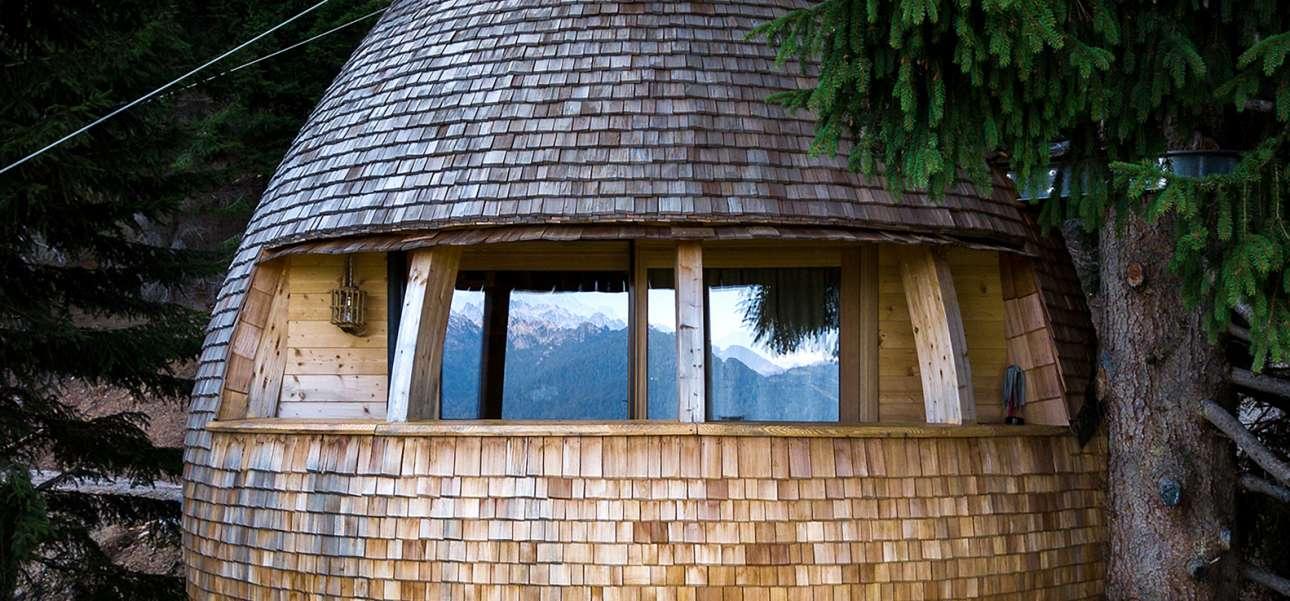 Το αρχιτεκτονικό γραφείο Claudio Beltrame σχεδίασε ένα ξύλινο δεντρόσπιτο στο Μαλμποργκέτο της Ιταλίας αντλώντας έμπνευση από τους κώνους πεύκων