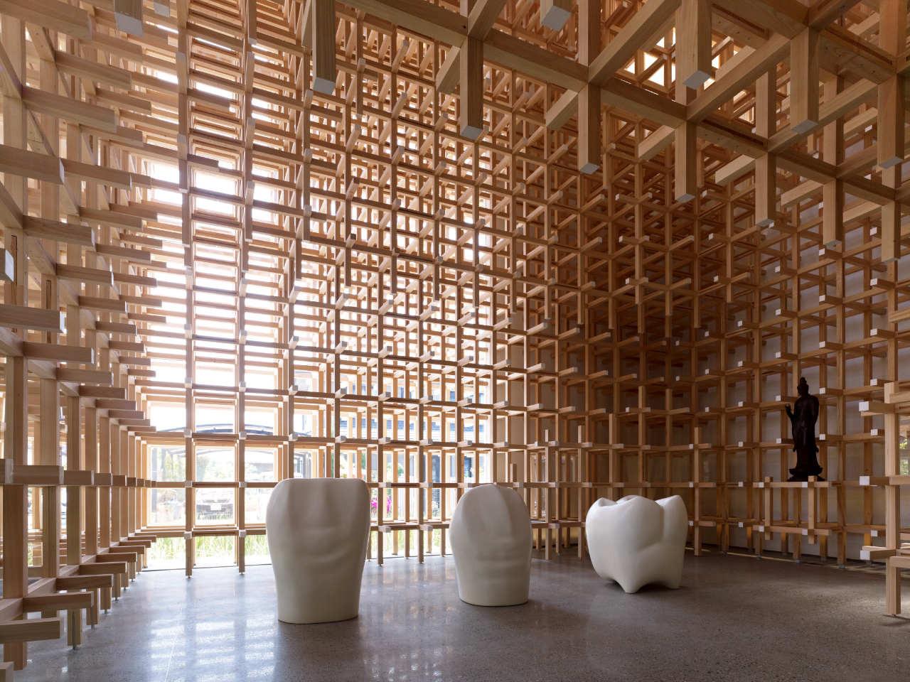 Το ίδιο το ξύλινο πλέγμα της κατασκευής χρησιμοποιείται και ως βάση για τα εκθέματα του Μουσείου. Η ιδέα του αρχιτέκτονα ήταν να μπορούμε να δημιουργούμε ένα δικό μας σύμπαν με τα χέρια μας όπως με τα παιχνίδια, σε μία εποχή που κυριαρχούν οι μηχανές