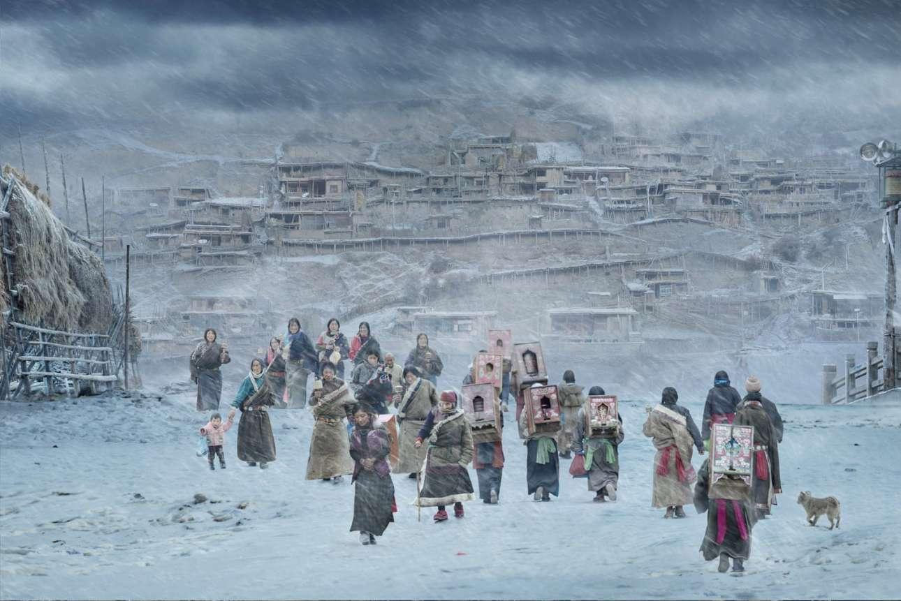 Βραβείο στην κατηγορία Ζεστό/Κρύο. Θιβετιανοί βουδιστές πηγαίνουν για προσκύνημα στο μοναστήρι Λαμπράνγκ, στη Γκανάν της Κίνας