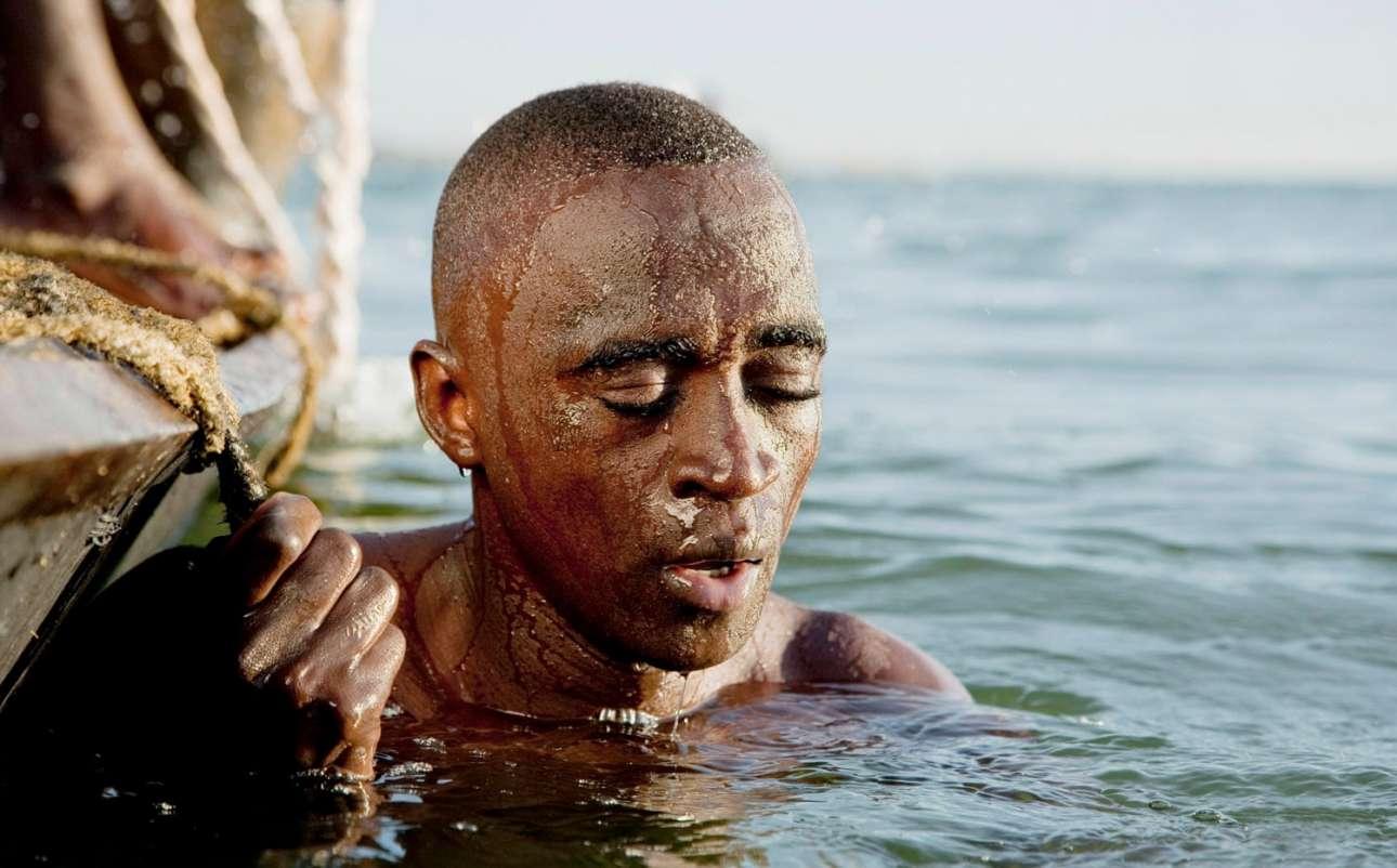 Βραβείο στην κατηγορία Ταξίδι (Μία εικόνα). Δύτης βουτάει χωρίς εξοπλισμό στον πυθμένα του ποταμού Νίγηρα για να συλλέξει άμμο για την οικοδομική βιομηχανία. Μία εξαιρετικά επικίνδυνη δουλειά από την οποία πολλοί δεν επιστρέφουν...