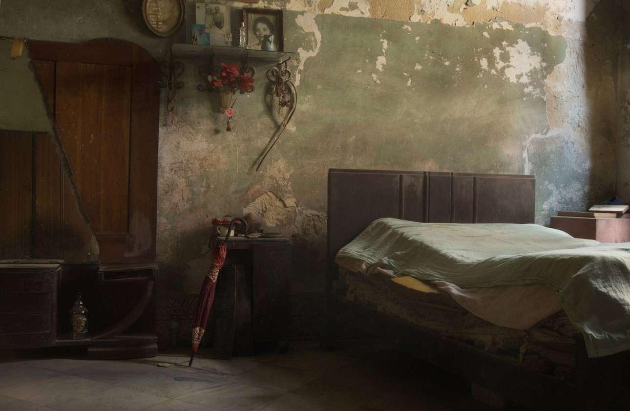 Βραβείο στην κατηγορία Ηρεμία. Ενα ατμοσφαιρικό, ξεβαμμένο δωμάτιο στην Αβάνα της Κούβας. Οι φωτογραφίες στο πάνω ράφι προσδίδουν συναίσθημα στο κατά τα άλλα άδειο και έρημο δωμάτιο