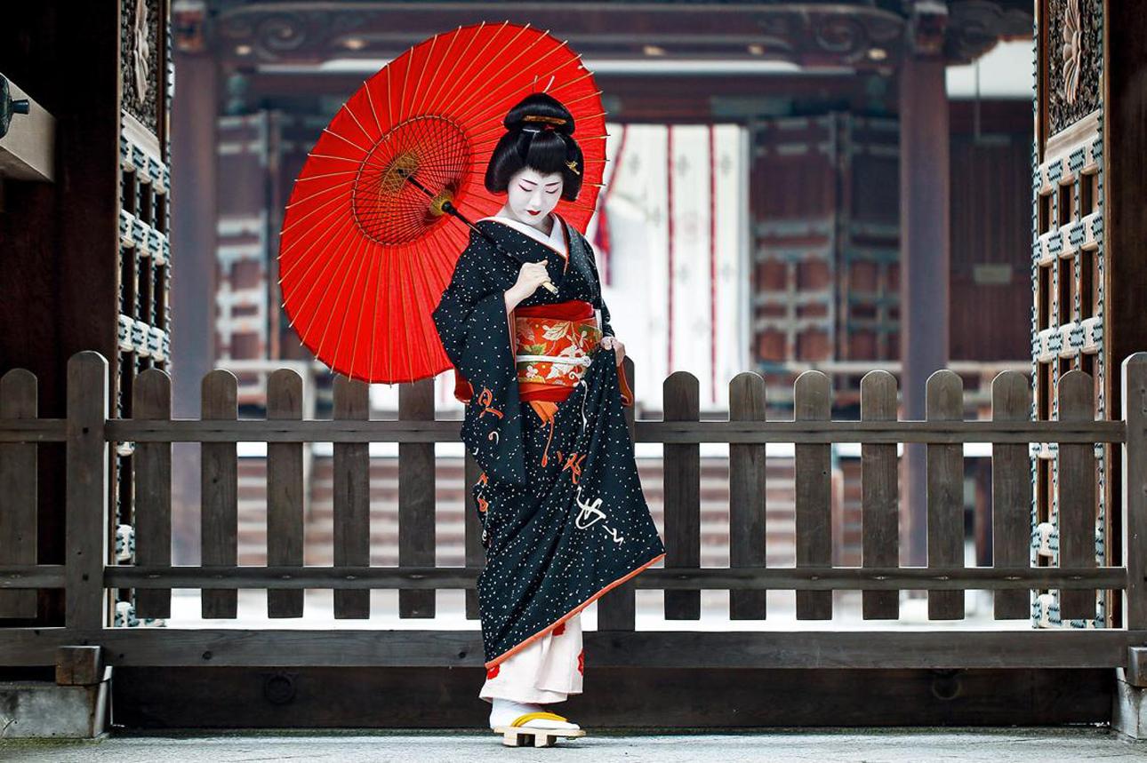 Ειδική Μνεία στην κατηγορία Πρόσωπα, Ανθρωποι και Πολιτισμός (Συλλογή). Η γκέισα Γλέικο Τομιτάε ποζάρει μπροστά από τον ναό των προγόνων της, στο Κιότο της Ιαπωνίας