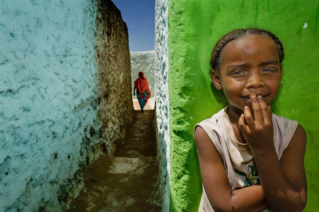 Περπατώντας μέσα στην ιστορική πόλη Χαράρ της Αιθιοπίας, η οποία θεωρείται η τέταρτη πιο ιερή πόλη του Ισλάμ