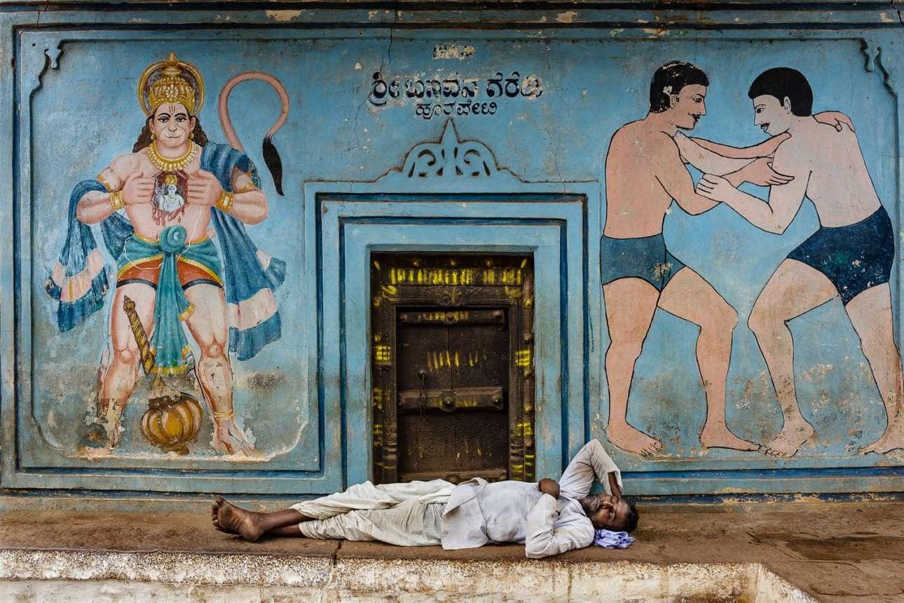 Ανδρας ξεκουράζεται έξω από γυμναστήριο πάλης, στην πόλη Καρνατάκα της Ινδίας