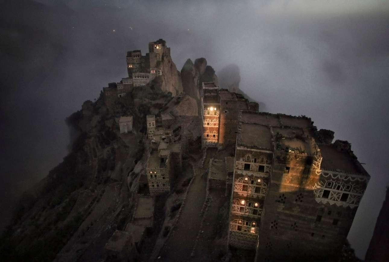 Ενα παχύ πέπλο πρωινής ομίχλης καλύπτει το μικρό χωριό Σουγκρούφ στα βουνά Χαράζ, στην Υεμένη