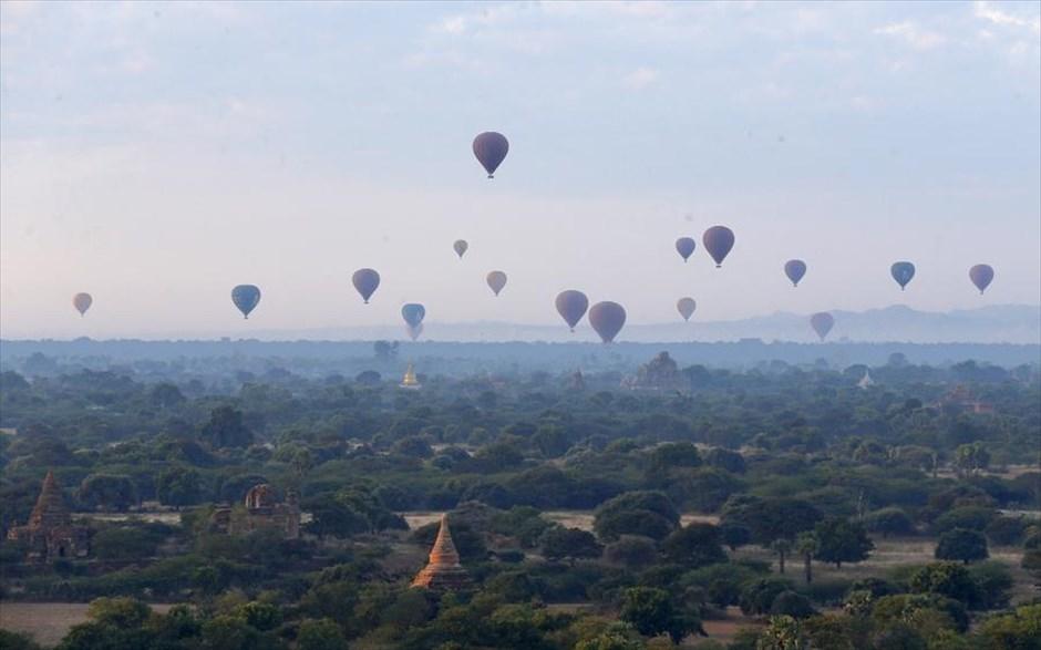 Σάββατο, 29 Δεκεμβρίου, Μιανμάρ. Αερόστατα μεταφέρουν τουρίστες... στον ουρανό της αρχαίας πόλης Παγκάν