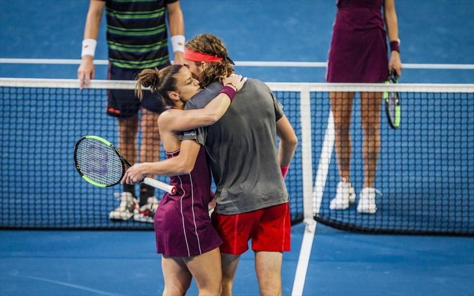 Σάββατο, 29 Δεκεμβρίου, Αυστραλία. Η Μαρία Σάκκαρη και ο Στέφανος Τσιτσιπάς αγκαλιάζονται στη διάρκεια των μικτών αγώνων στο τουρνουά τένις «Hopman Cup» στην πόλη Περθ